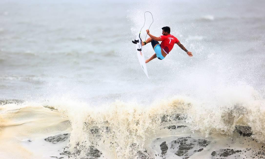 Italo Ferreira acerta aéreo incrível que o levou à semifinal no surfe Foto: LISI NIESNER / REUTERS