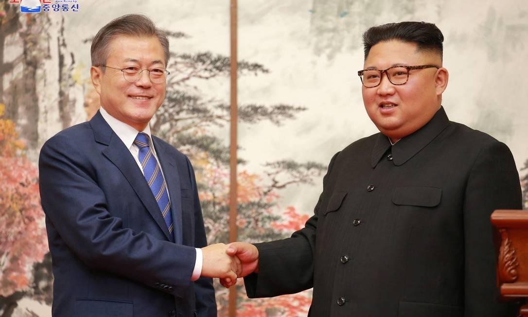 Presidente sul-coreano Moon Jae-in e líder norte-coreano Kim Jong-un se cumprimentam em setembro de 2018 Foto: KCNA / via Reuters
