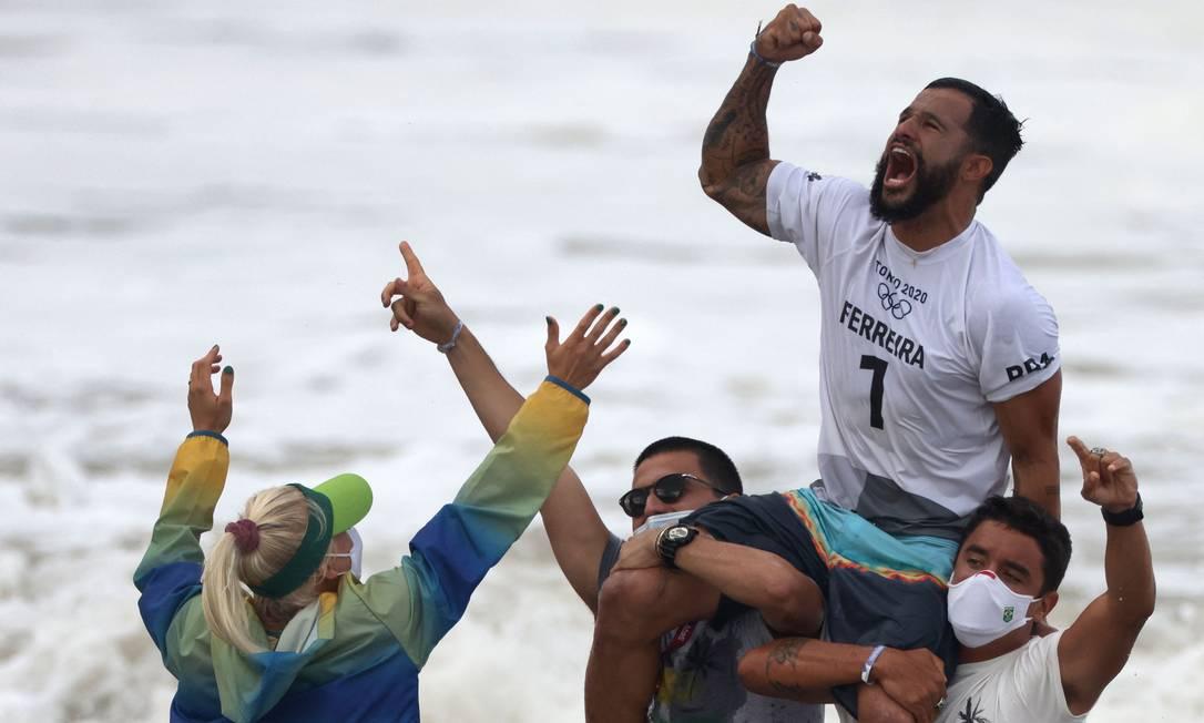 Italo celebra o primeiro ouro da história do surfe Foto: YUKI IWAMURA / AFP