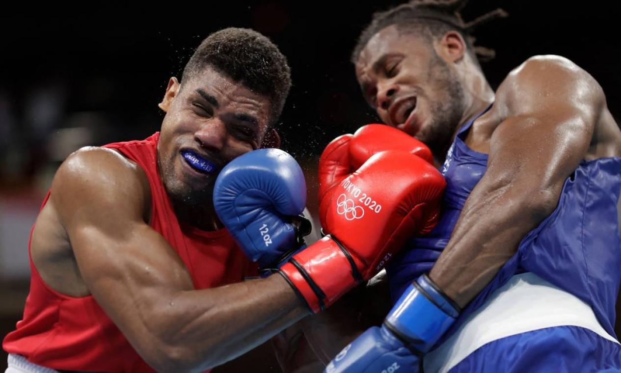 O brasileiro Abner Teixeira venceu o britânico Cheavron Clarke nas oitavas de final do boxe, na categoria até 91kg Foto: UESLEI MARCELINO / AFP