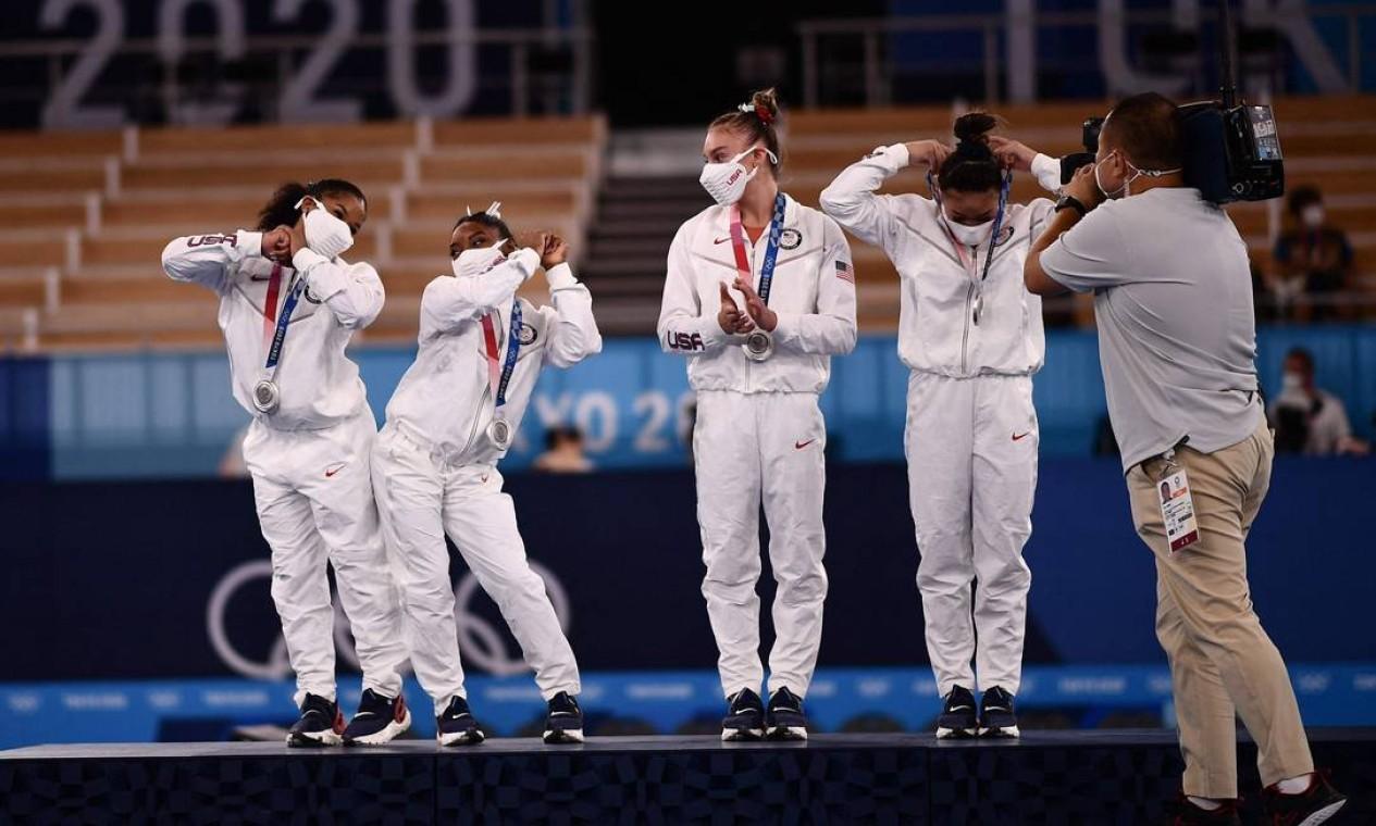 Biles no pódio com a equipe americana de ginástica, que ganhou a prata. Foto: LOIC VENANCE / AFP