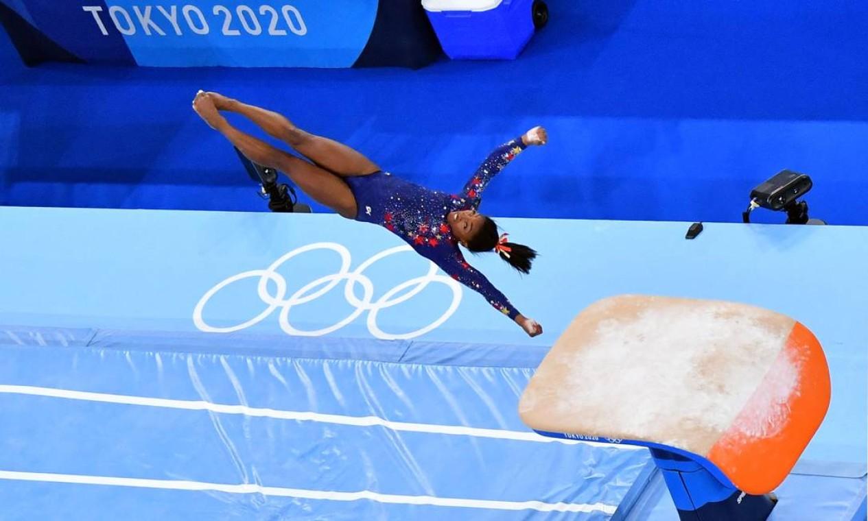 Ginasta Simone Biles no salto sobre cavalo nas classificatórias. Foto: ANTONIN THUILLIER / AFP