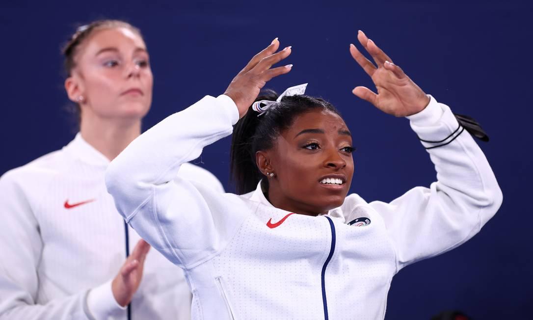 Simone Biles reage às apresentações das companheiras na final por equipes Foto: MIKE BLAKE / REUTERS