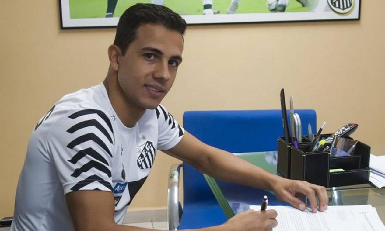 Após poucos meses de contrato, o atacante Nilmar deixou o Santos, há quatro anos, ao se ver acometido por uma crise de depressão. Foto: Ivan Storti / Divulgação