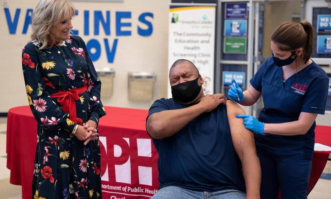 Observado pela primeira-dama, Jill Biden, homem é vacinado em escola de Savannah, na Geórgia Foto: JIM WATSON / AFP/8-9-21