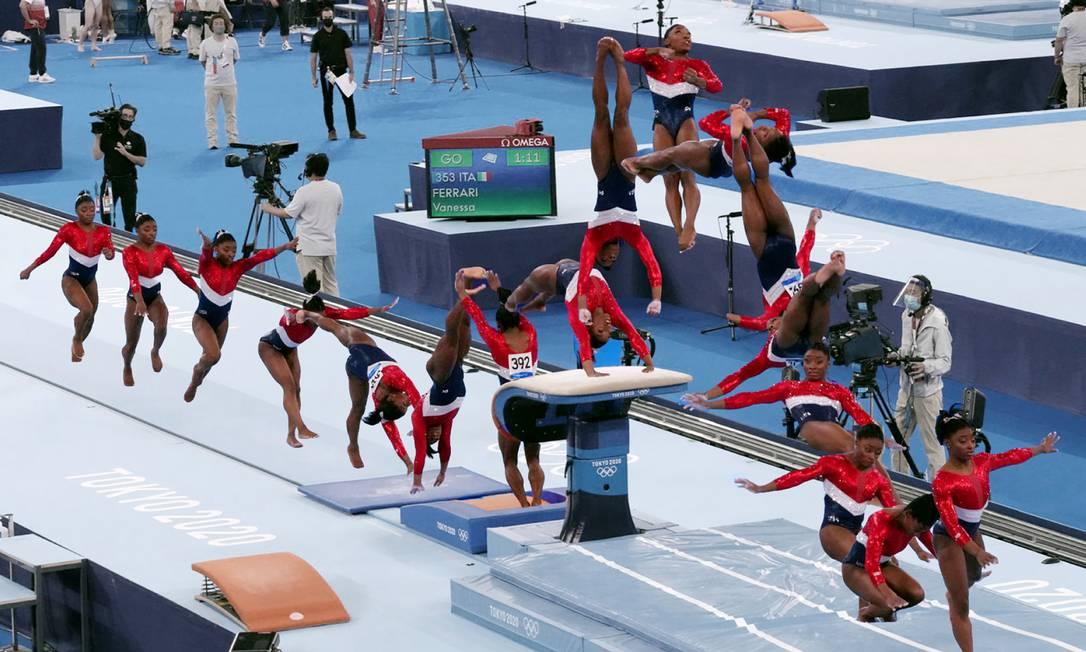 Montagem mostra diferentes momentos do salto da americana Simone Biles nas finais por equipes Foto: Emily Rhyne / NYT