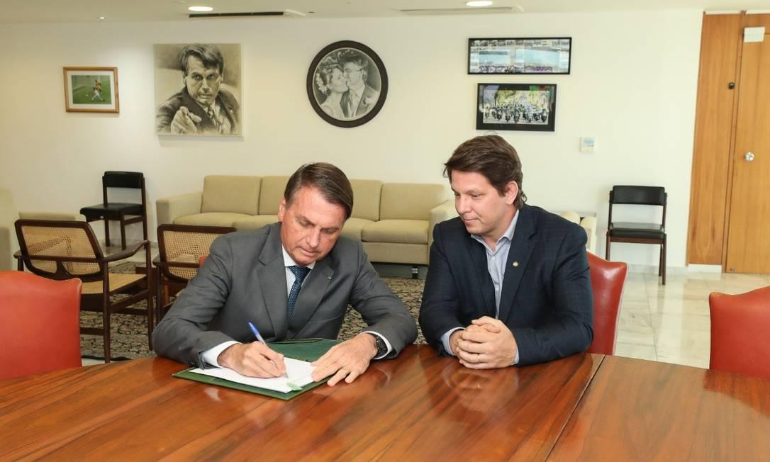 Mario Frias assiste Jair Bolsonaro assinar decreto que mudou o Pronac Foto: Reprodução Secom