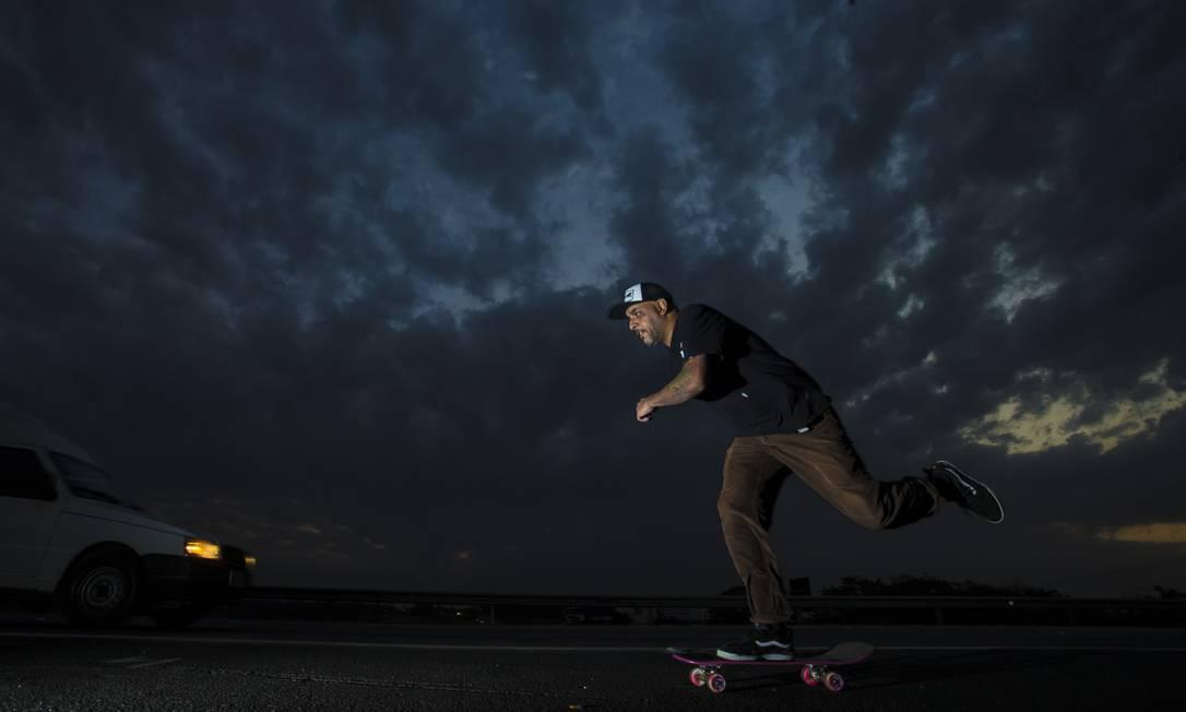 Everaldo Marques, o Ratones, pratica skate desde os anos 1980 em São Paulo e viu esporte ser marginalizado Foto: Edilson Dantas / Agência O Globo