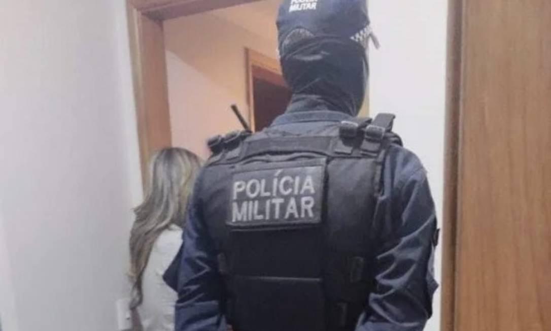A Polícia Militar foi acionada após um disparo ser ouvido no apartamento onde estavam pai, mãe e filho Foto: Polícia Militar / Reprodução