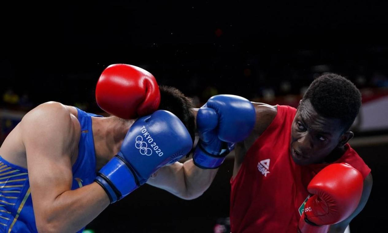 O baiano Keno Marley vai às quartas de final após vencer o chinês Chen Daxiang na categoria meio-pesado do boxe masculino Foto: FRANK FRANKLIN II / AFP