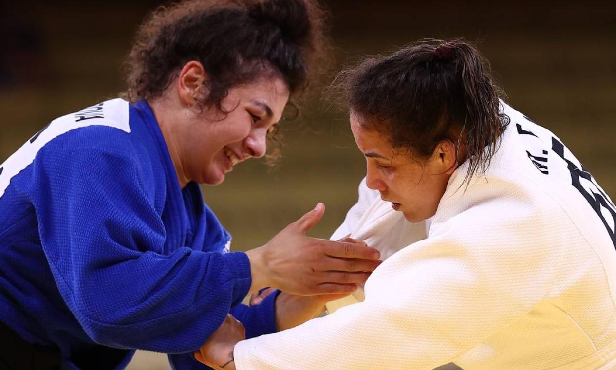 Maria Portela (branco) foi eliminada dos Jogos de Tóquio, após receber um terceiro shido por falta de combatividade na luta contra Medina Taimazova Foto: SERGIO PEREZ / REUTERS