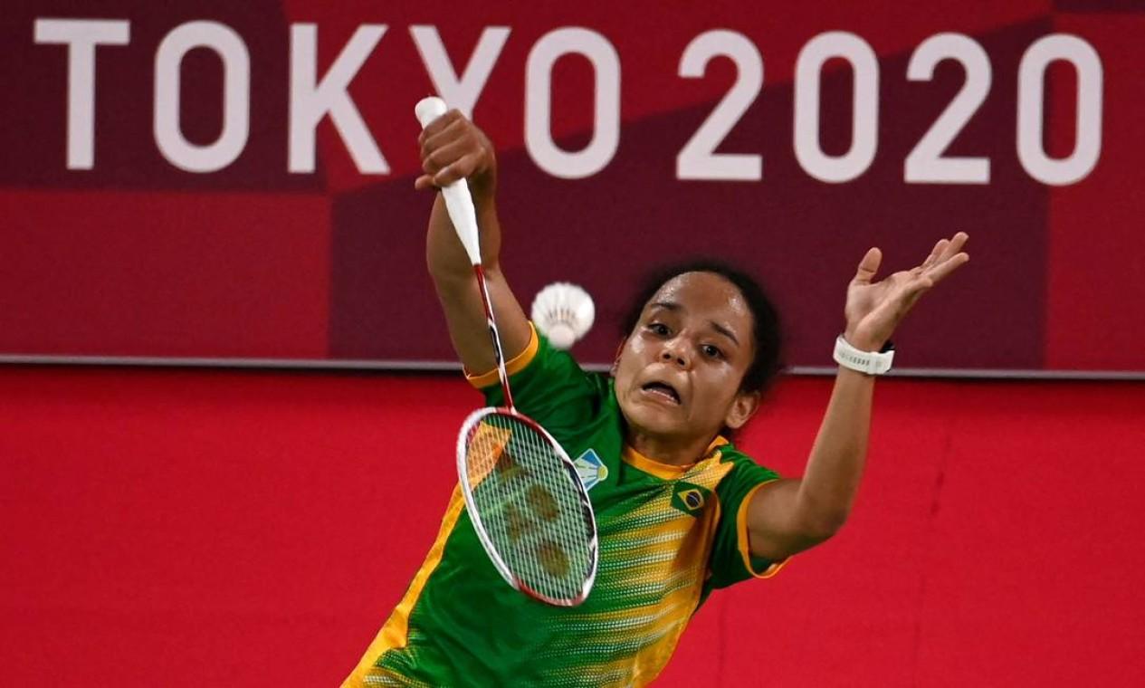 A brasileira Fabiana Silva, no badminton feminino, perdeu os dois sets para a norte-americana Baiwen Zhang e se despede de Tóquio Foto: ALEXANDER NEMENOV / AFP