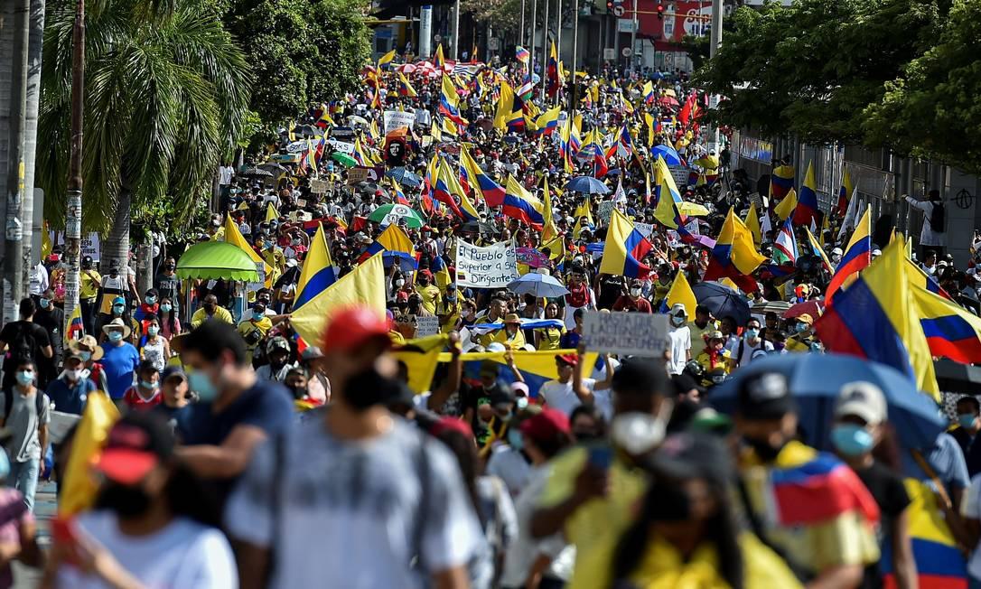 Manifestantes se reúnem contra o governo da Colômbia nas ruas do país Foto: LUIS ROBAYO / AFP