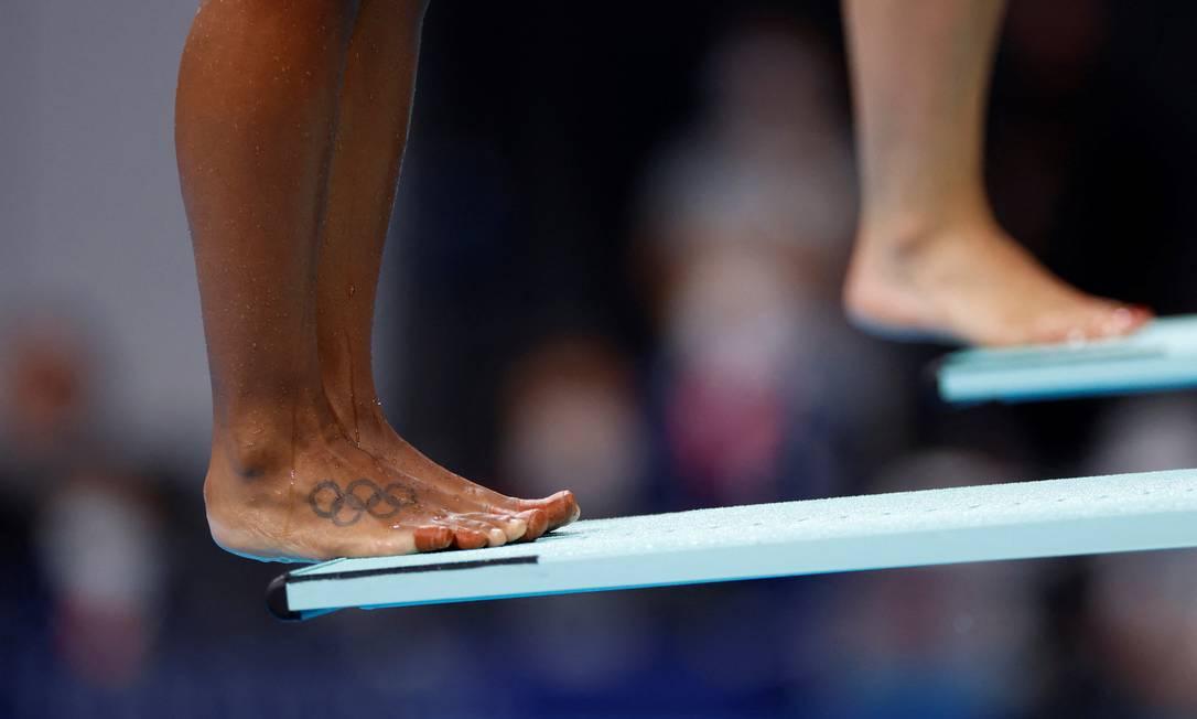 Los anillos olímpicos tatuados en el pie de la canadiense Jennifer Abel, mientras bucea Foto: ODD ANDERSEN / AFP