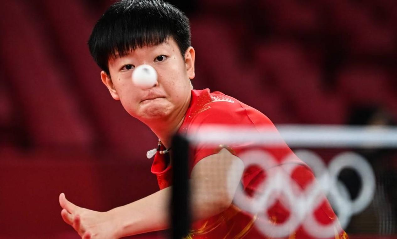 Sun Yingsha, da China, em jogo de tênis de mesa contra Xiaoxin Yang, de Mônaco, durante partida de tênis de mesa da terceira rodada do individual feminino Foto: JUNG YEON-JE / AFP