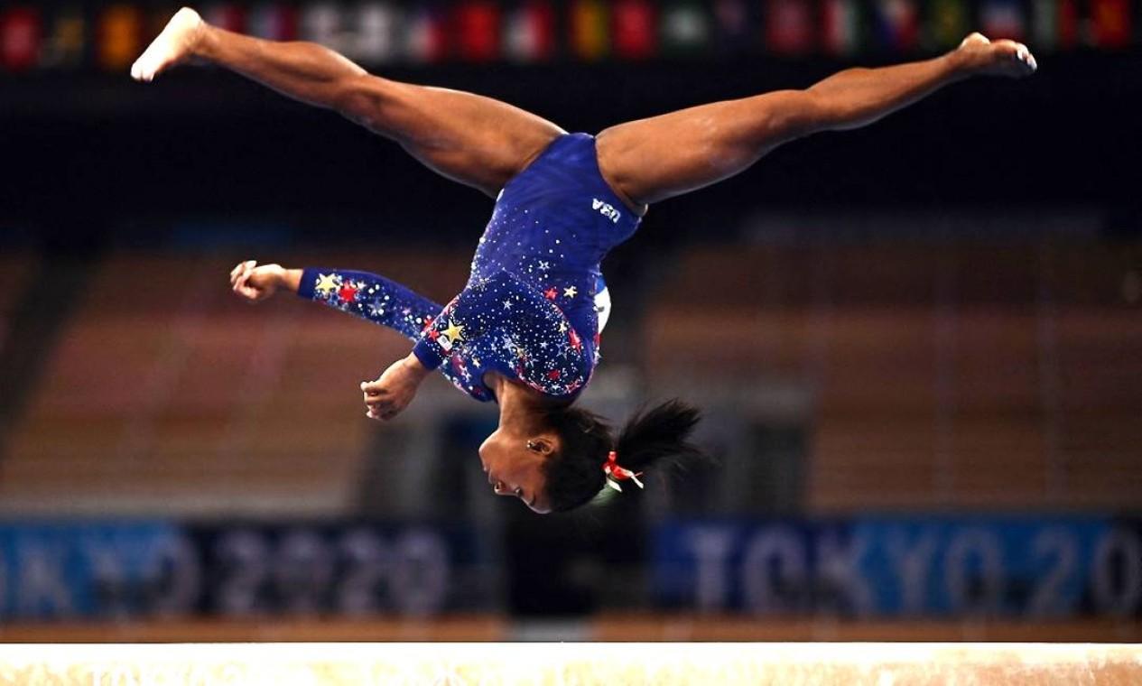 Simone Biles em ação nos Jogos Olímpicos de Tóquio Foto: LOIC VENANCE / AFP
