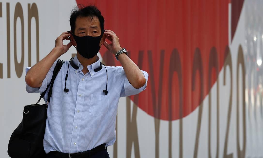Homem usa máscara de proteção contra a Covid-19 enquanto anda nas ruas de Tóquio. Foto: KIM KYUNG-HOON / REUTERS