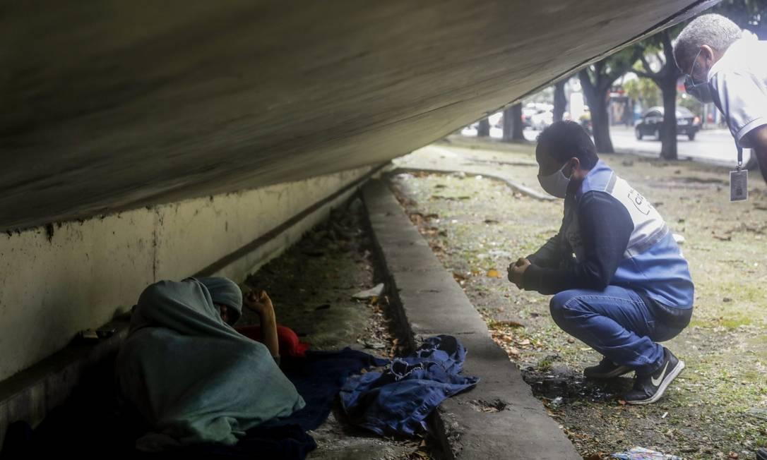 Em Botofogo, agente do equipe de assistência do Governo do Estado conversa com pessoa em situação de rua Foto: Gabriel de Paiva / Agência O Globo