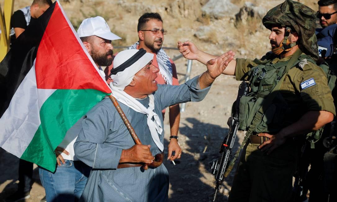 Manifestantes palestinos enfrentam forças israelenses durante protesto contra assentamentos israelenses, perto de Tubas, na Cisjordânia ocupada por Israel Foto: RANEEN SAWAFTA / REUTERS/27-07-2021