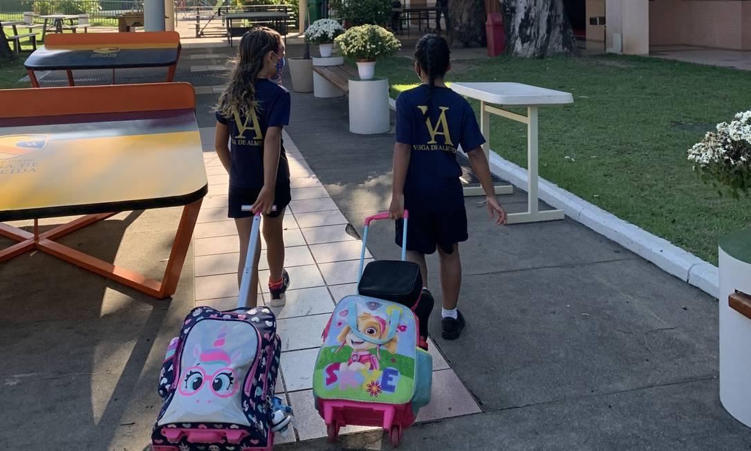Alunos chegam ao Colégio Inovar Veiga de Almeida, na Barra da Tijuca Foto: Divulgação