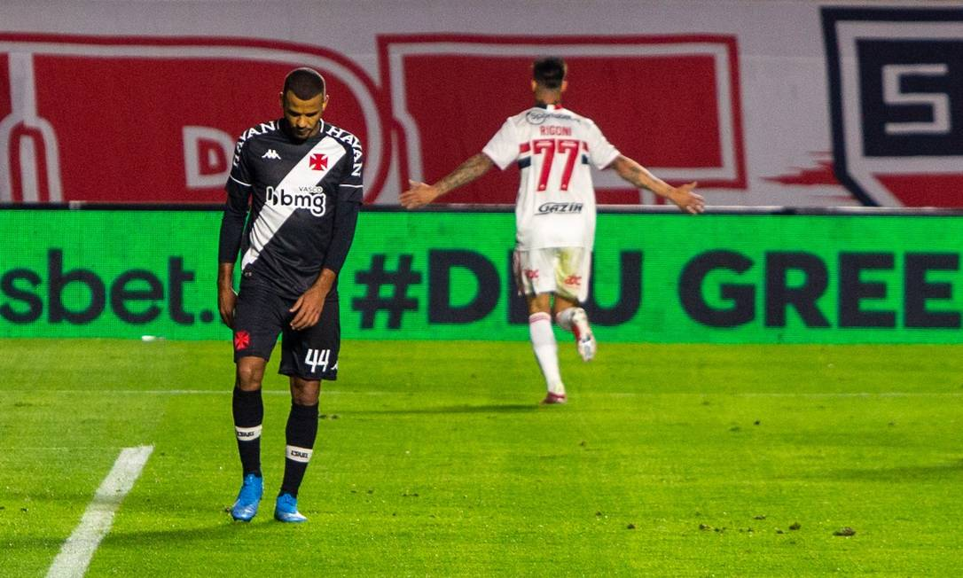 Rigoni comemora gol, para lamento do zagueiro Ernando Foto: Adriana Spaca / FramePhoto / Adriana Spaca / FramePhoto