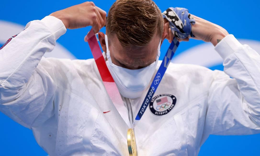 A bandana enrolada na mão esquerda é o amuleto de Caleb Dressel, campeão dos 100m livre Foto: Odd Andersen/AFP