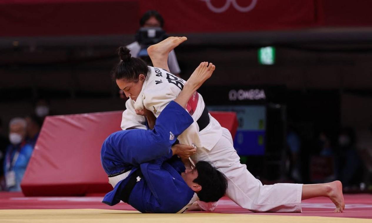 A brasileira Mayra Aguiar e a sul-coreana Hyunji Yoon na luta pela medalha de bronze de judô feminino de até 78kg durante os Jogos Olímpicos de Tóquio 2020, no Nippon Budokan Foto: JACK GUEZ / AFP