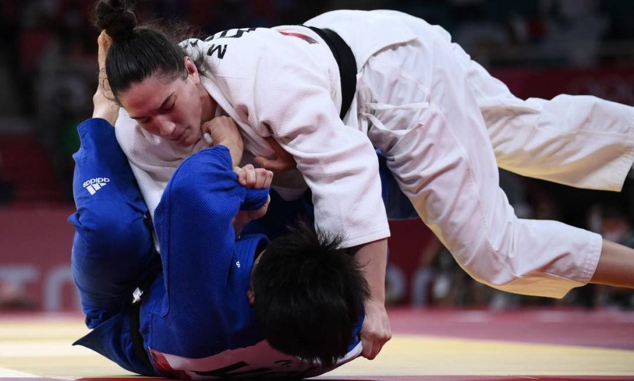 A judoca gaúcha Mayra Aguiar conquistou seu terceiro bronze em Jogos Olímpicos ao derrotar a coreana Hyunji Yoon na categoria até 78kg e se tornou a primeira mulher a faturar três medalhas em esportes individuais pelo Brasil Foto: FRANCK FIFE / AFP