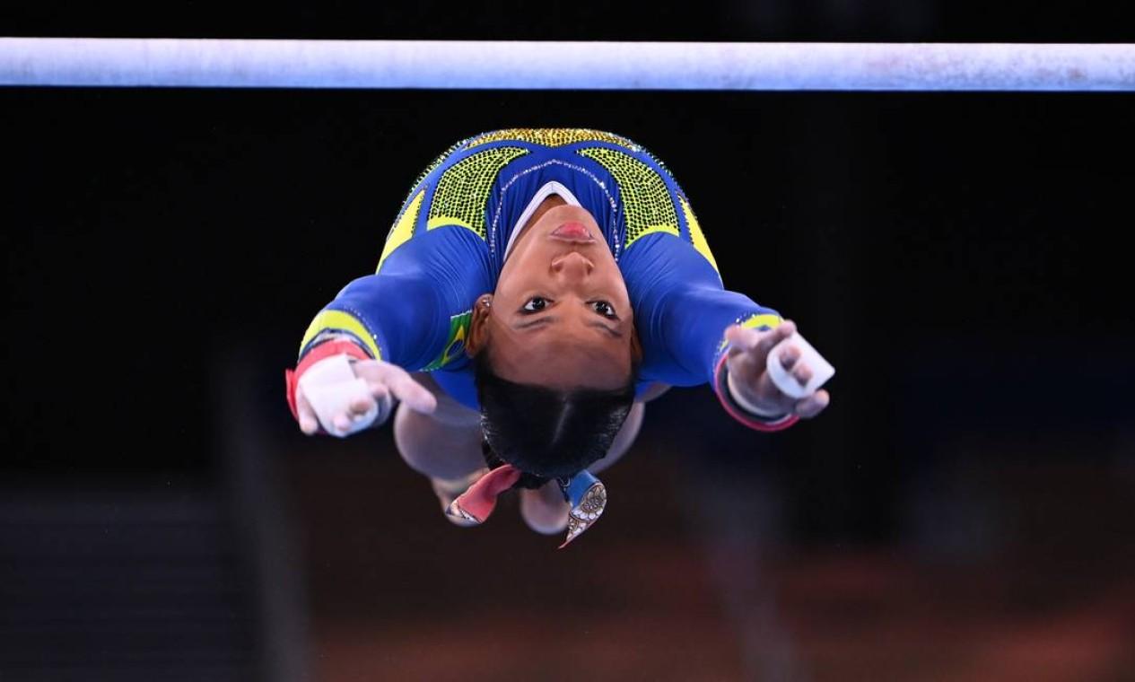 Rebeca nas barras paralelas durante o individual geral feminino Foto: DYLAN MARTINEZ / REUTERS