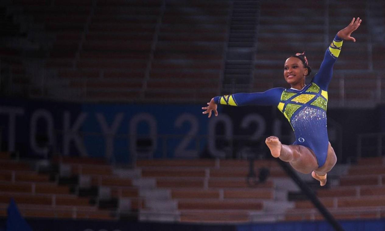 Rebeca foi penúltima ginasta a se apresentar no solo, praticamente fechando a final individual geral feminina Foto: MARTIN BUREAU / AFP