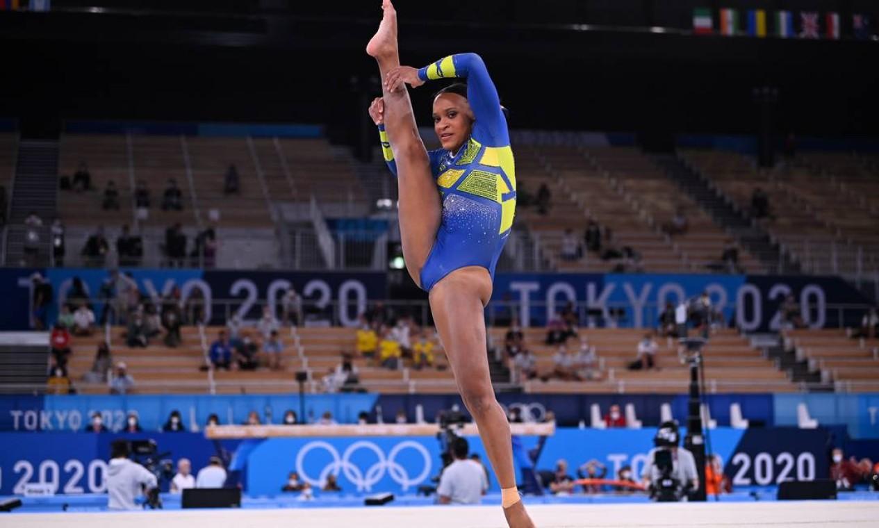 Rebeca pisou fora duas vezes do tablado mas, mesmo assim, marcou 13,666, uma das maiores notas do solo na final olímpica Foto: DYLAN MARTINEZ / REUTERS
