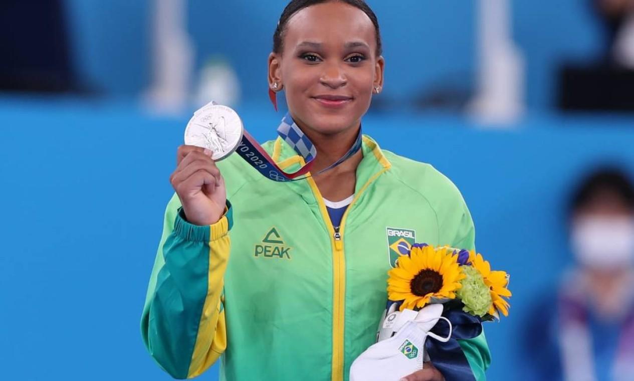 Ginasta brasileira Rebeca Andrade mostra sua medalha de prata conquistada na final do individual geral. Foto: COB