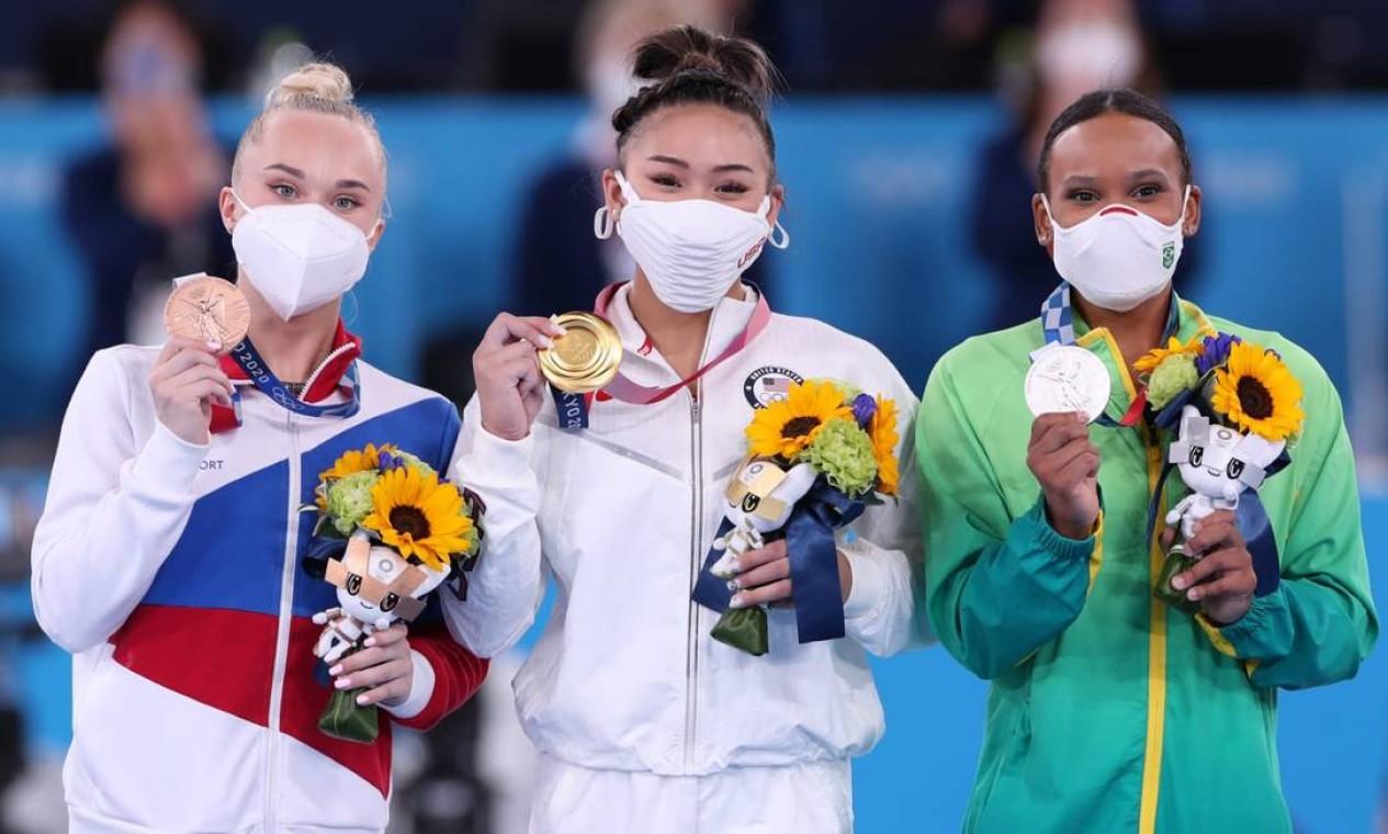 Pódio formado com a americana Sunisa Lee (ouro), a brasileira Rebeca Andrade (prata) e a russa Angelina Melnikova (bronze). Foto: COB