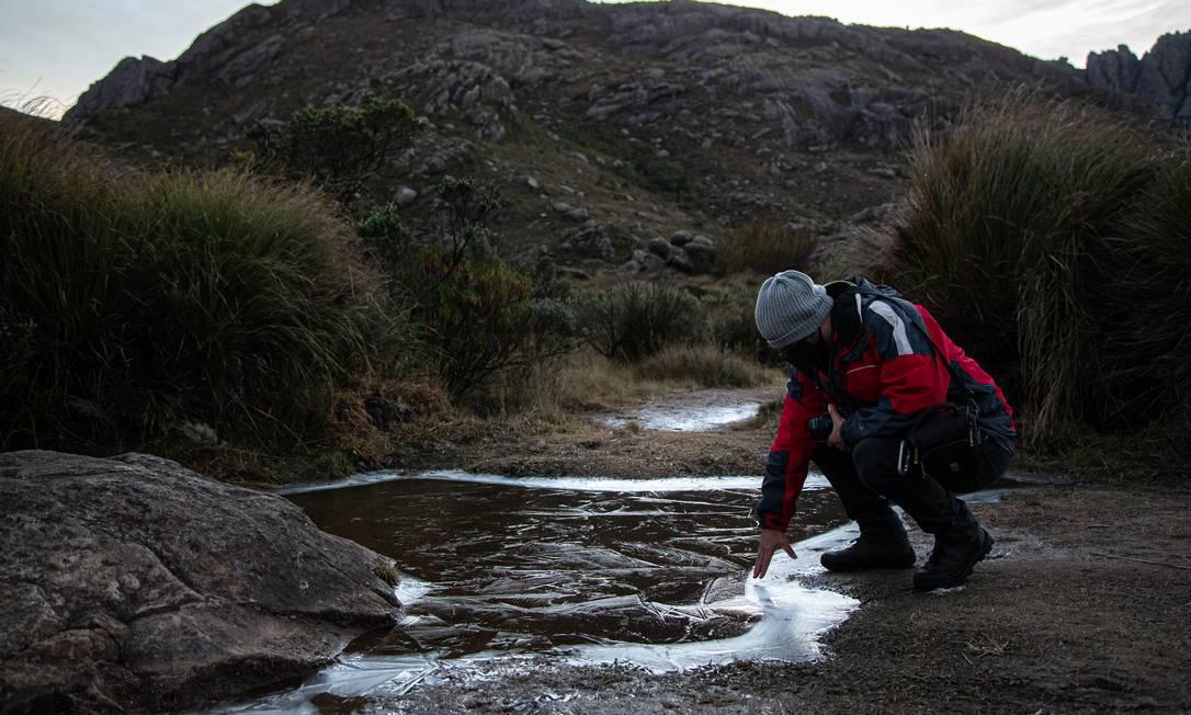 Frio extremo no Parque Nacional do Itatiaia. Termômetro registrando - 7 graus às 6h30. Na foto, o biólogo Izar Aximoff. Foto: Hermes de Paula / Agência O Globo
