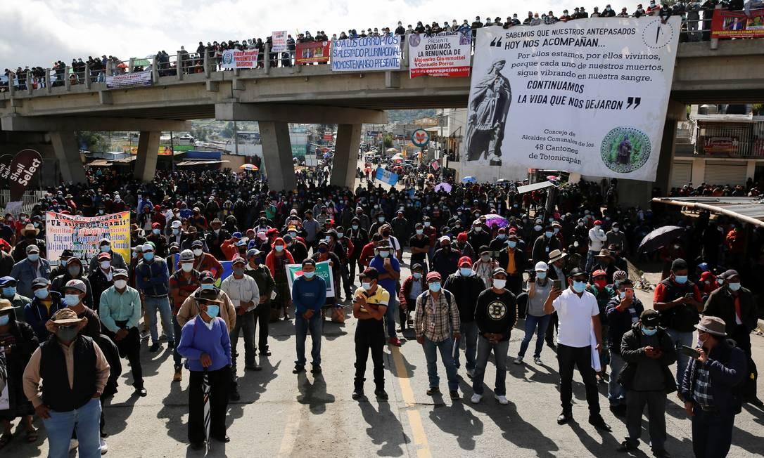 Manifestantes bloqueiam estrada pedindo a renúncia do presidente da Guatemala, Alejandro Giammattei, e da procuradora-geral Maria Porras, em San Cristobal Totonicapan Foto: LUIS ECHEVERRIA / REUTERS