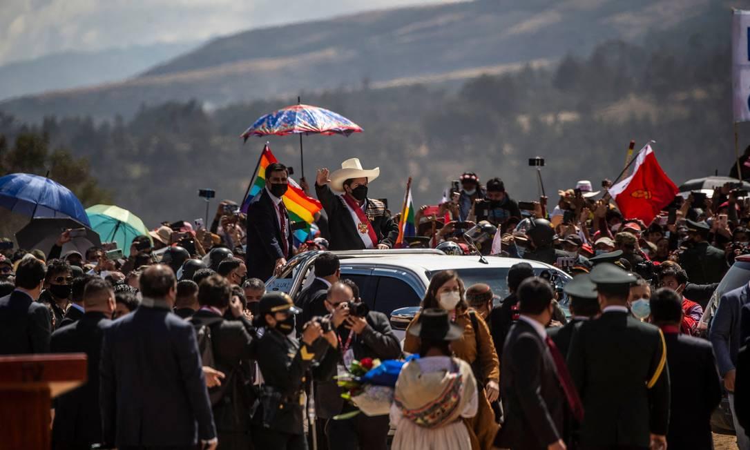 Pedro Castillo, presidente do Peru, chega a Pampa de la Quinua para cerimônia de posse simbólica na região andina de Ayacucho Foto: ERNESTO BENAVIDES / AFP