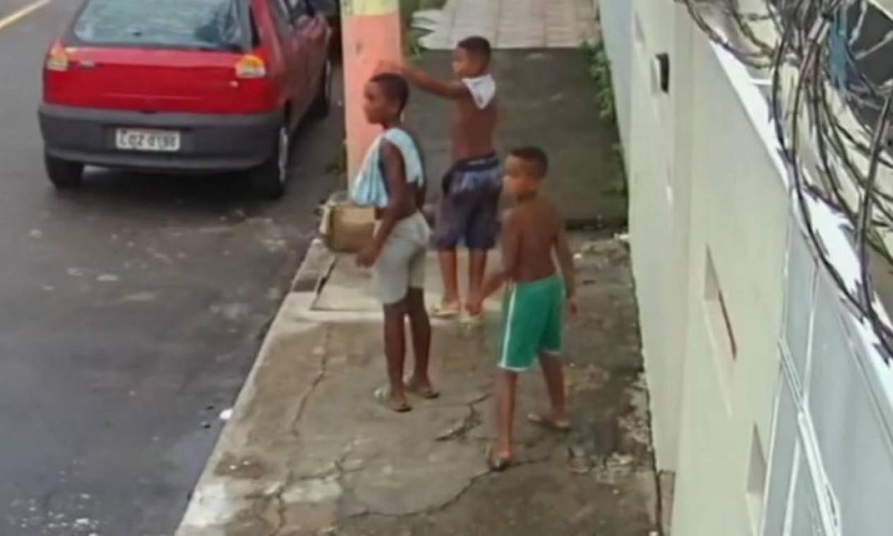 Os meninos Lucas Matheus, de 8 anos, o primo dele, Alexandre da Silva, de 10 e Fernando Henrique, de 11, em imagem de câmera de segurança. Meninos sumiram no dia 27 de dezembro Foto: Reprodução