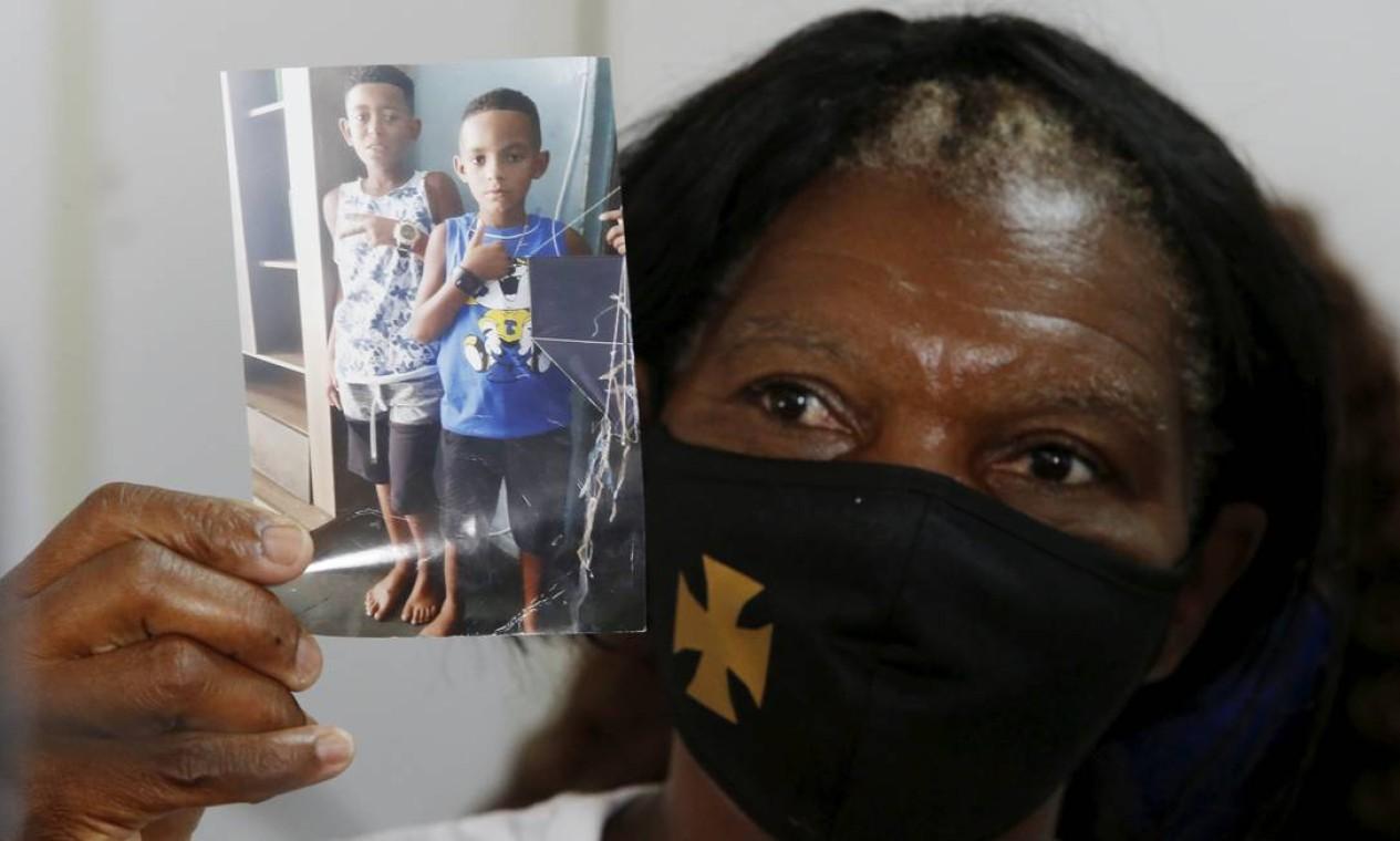 Dona Silvia , avó de Lucas e Alexandre, mostra foto dos netos desaparecidos Foto: Fabiano Rocha / Agência O Globo - 02/02/2021