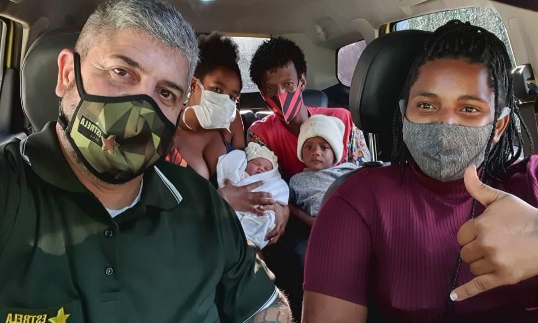 Marcelo levou para a casa Nicole e sua família: a menina nasceu no banco traseiro do táxi Foto: Álbum de família