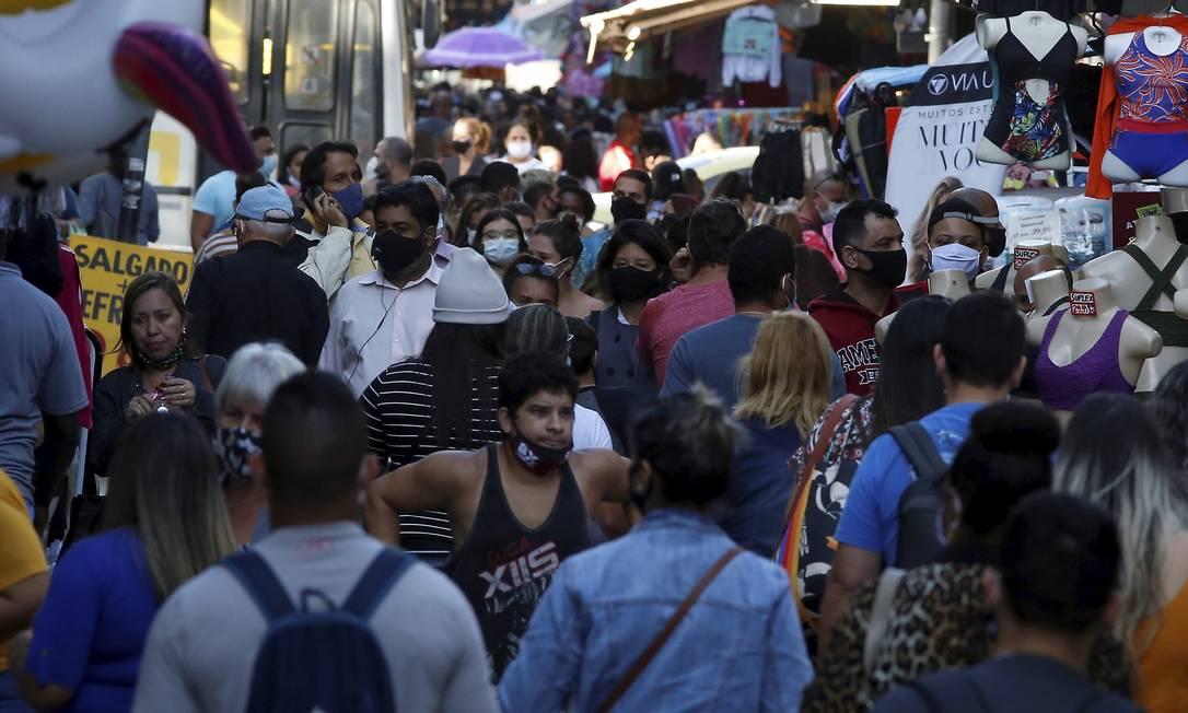 Movimentação com aglomeração na Saara, no Rio de Janeiro Foto: Fabiano Rocha / Agência O Globo/19-07-2021