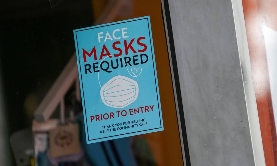 Cartaz pede uso de máscara na entrada de salão de beleza em Nova York, nos EUA Foto: DAVID DEE DELGADO / REUTERS