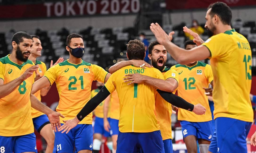 Equipe brasileira comemora vitória, de virada, por 3 a 1 contra os EUA nas Olimpíadas Foto: ANGELA WEISS / AFP