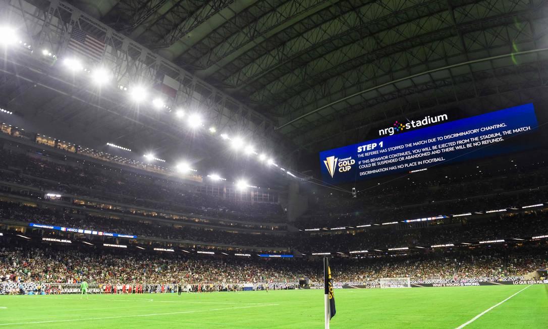 Semifinal entre México e Canadá foi interrompida por cânticos homofóbicos na torcida Foto: PATRICK T. FALLON / AFP