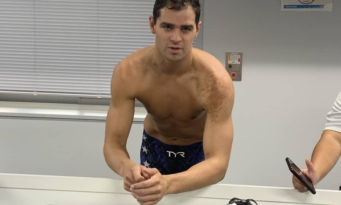 O nadador americano Michael Andrew sem máscara na zona mista Foto: Reprodução