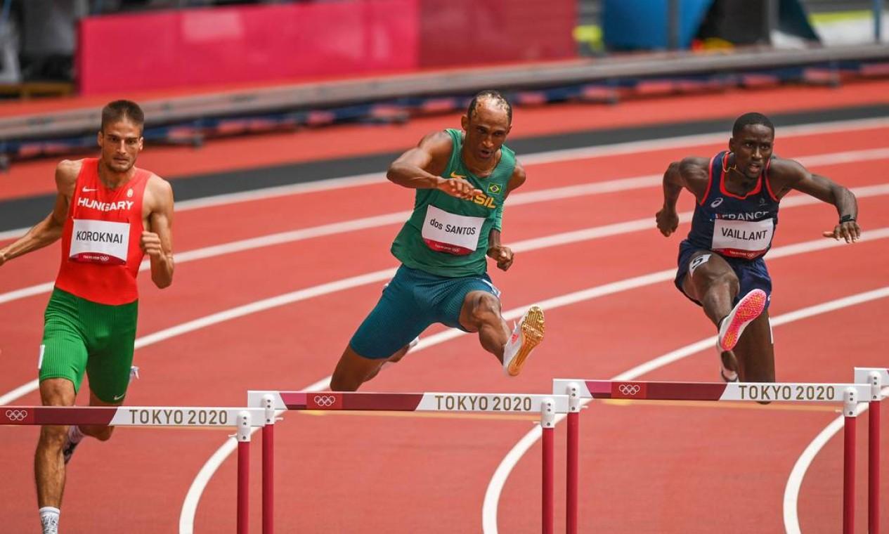 Alison dos Santos avançou às semifinais dos 400m com barreiras marcando o segundo melhor tempo: 48,42 segundos Foto: INA FASSBENDER / AFP