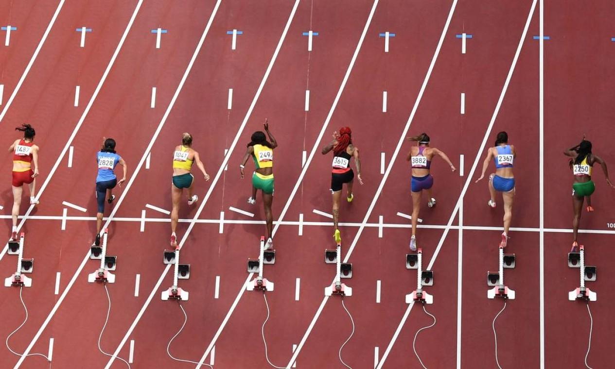 Corrida nas eliminatórias femininas de 100m durante os Jogos Olímpicos de Tóquio Foto: ANTONIN THUILLIER / AFP