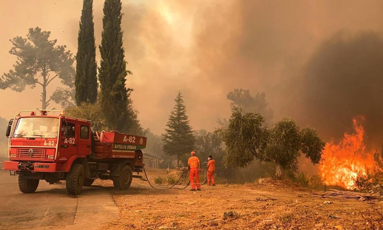 Bombeiro luta contra o fogo durante um grande incêndio florestal na região turística do Mediterrâneo na costa sul da Turquia, perto da cidade de Manavgat Foto: ILYAS AKENGIN / AFP