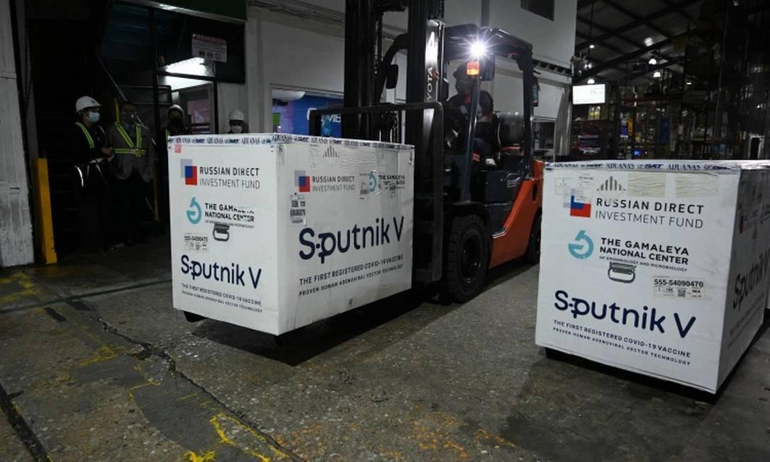 Carregamentos da Sputnik chegam no Aeroporto Internacional da Cidade da Guatemala, no país homônimo Foto: JOHAN ORDONEZ / AFP/16-6-21
