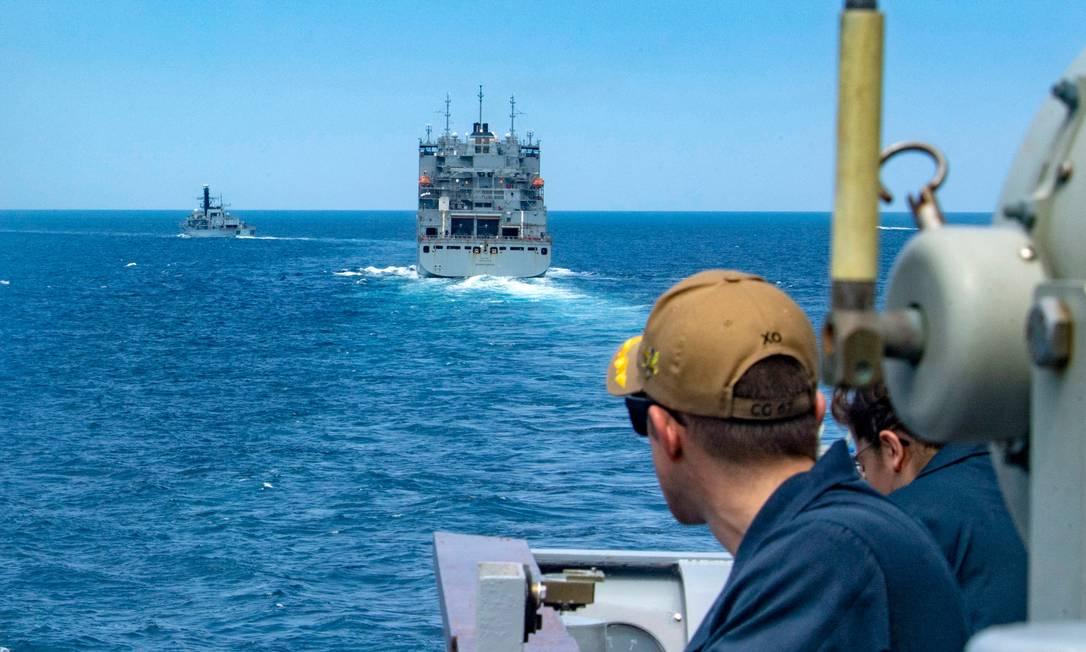 Patrulha da Marinha dos EUA passa pelos arredores do Estreito de Ormuz, na entrada do Golfo Pérsico, no dia 18 de julho Foto: RAWAD MADANAT / AFP