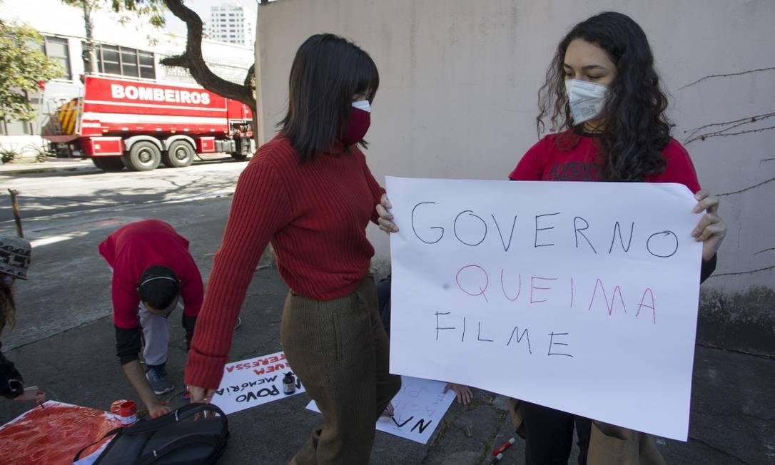 Coletivo Para Todos da Juventude do PT protestou com cartazes em frente ao galpão da Cinemateca Foto: Edilson Dantas / Agência O Globo